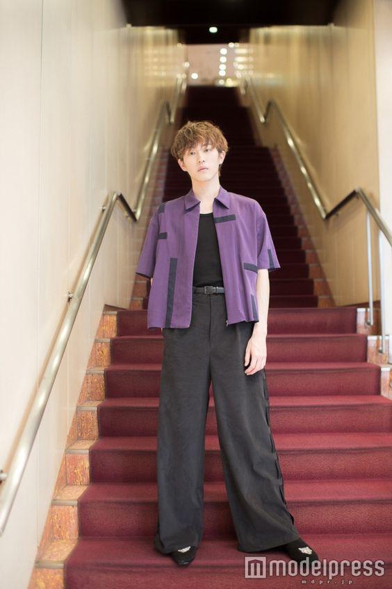 階段に立つ杉野遥亮の高画質画像