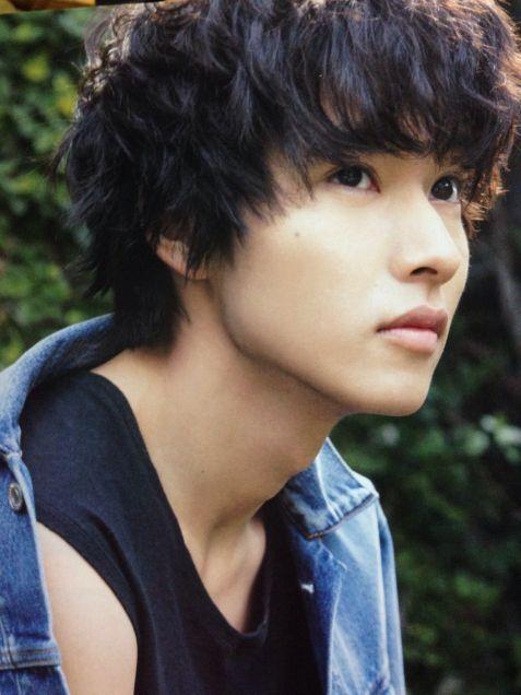 パーマヘアーがおしゃれな山崎賢人のかわいい画像