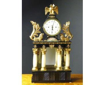 Reloj Biedermeier de Sobremesa con caja de música y lacado negro de principios del siglo XIX.  Original de la Alemania de 1810-1820.