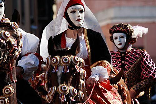 Feste di Carnevale: dove si festeggia in Italia? Archiviate le feste di Natale, di Capodanno e pure quella dell'Epifania,riposti tutti i decori sbrilluccicanti e dato fondo ai panettoni ed ai pandori (ah, no, quelli in genere girano per casa fino a Pasqua!)  apriamo la stagione delle Feste di Carnevale: vediamo dove si svolgono in Italia i festeggiamenti popolari di Carnevale più famosi, curiosi o interessanti (e se ne avete altri da suggerire, mille grazie in anticipo!):
