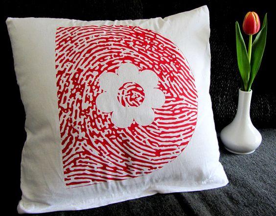 Kissenbezüge - Rote Buchstabe Fingerabdruck Kissenbezug Initiale - ein Designerstück von Diva-Studio bei DaWanda