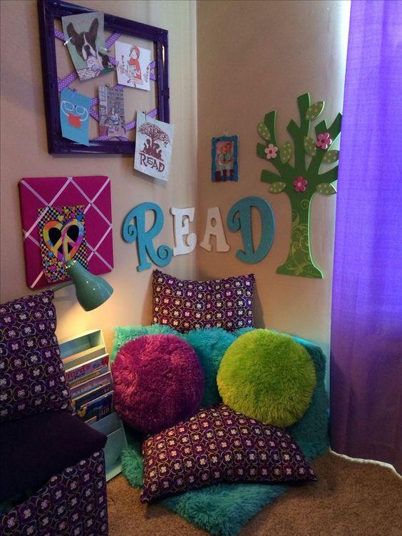 Joli coin de lecture pour enfant avec coussins et déco murale