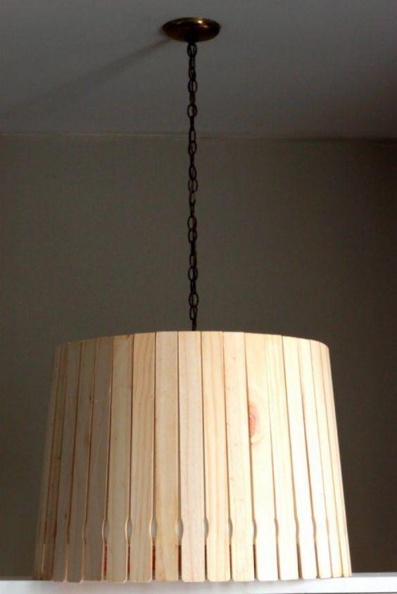 Hang/staande of tafellamp voor een natuurlijke uitstraling. Schilder verf-roerstokjes met beits of een andere gewenste kleur. Lijm ze op een lampenkap en klaar is je eigen creatie. Tip: de roerstokjes zijn te koop bij Action.