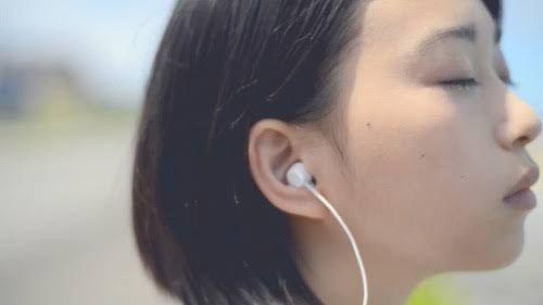目を閉じて音楽を聴く森川葵