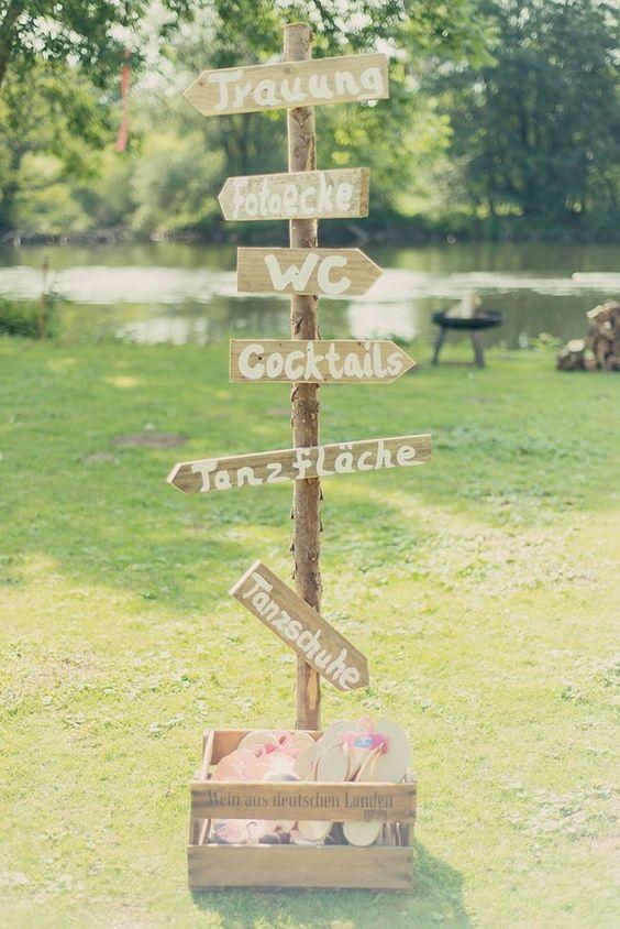 #Schilder bei der #Hochzeit sind eine tolle Idee! #Vintage #Sign #Wedding - Das tolle Foto ist von Laura Möllemann: www.lauramoellemann.de ♥