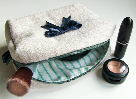 Die kleine Kosmetiktasche ist ganz schnell genäht und auch für Anfänger sehr gut geeignet. Zum Schnittmuster-Download: http://youandiheartdiy.blogspot.de/2013/08/kosmetiktasche-nahen.html Materialien: - Oberstoff - Futterstoff - Reißverschluss (25cm) - Schnittmuster - Geodreieck/ Handmaß - Stoffschere - Trickmarker/ Schneiderkreide - Stecknadeln - Nähnadeln -...