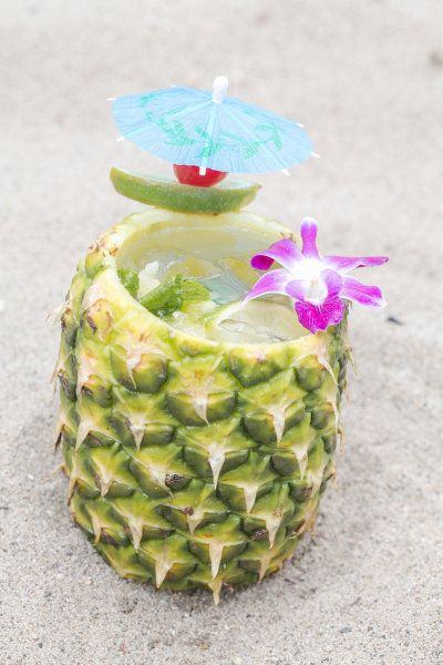 signature drinks in pineapple | fabmood.com #signaturedrinks