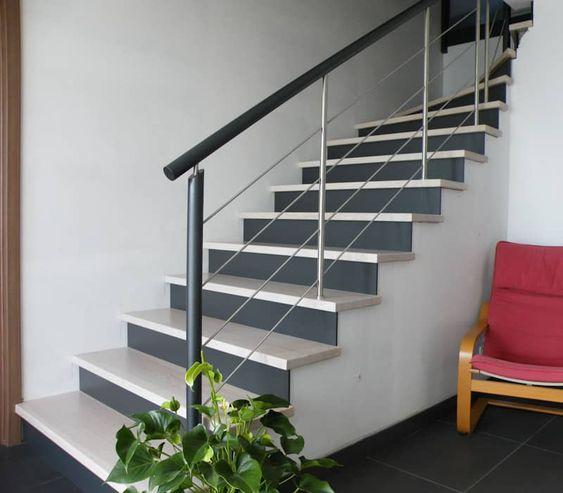 Habillage bicolore d'un escalier béton