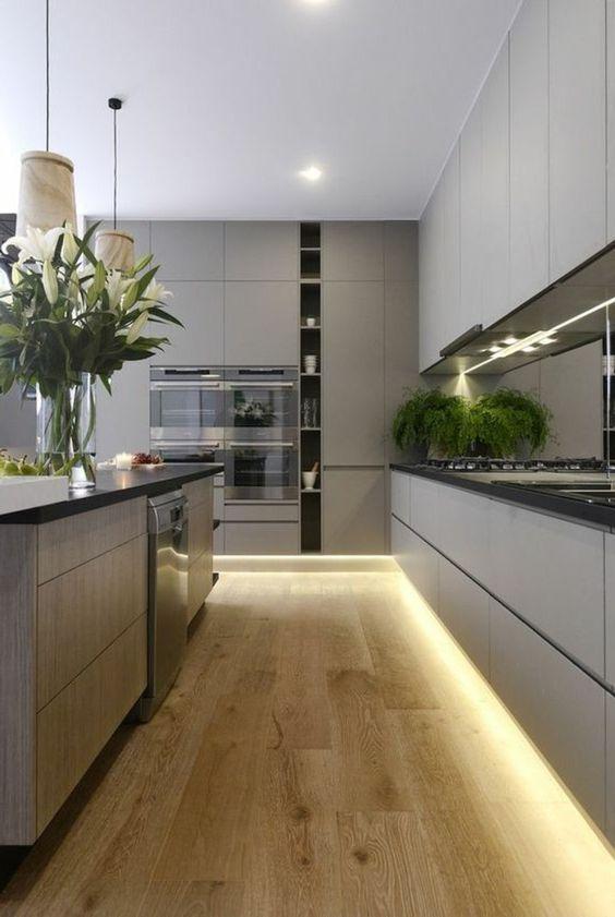 Wohnungdeko küche in grau beleuchtung boden aus holz blumen pflanze ofen kücheninsel