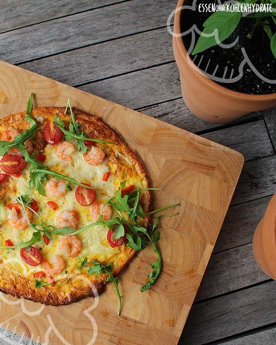 Low Carb Rezept für eine Low-Carb Pizza mit Garnelen. Wenig Kohlenhydrate und einfach zum Nachkochen. Super für Diät/zum Abnehmen. Jetzt ansehen!