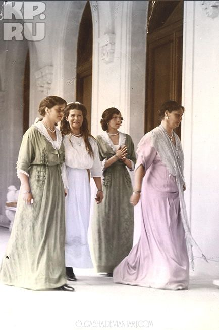 Tsarina Alexandra Fyodorovna with her daughters Olga, Maria, Tatiana and Anastasia.: