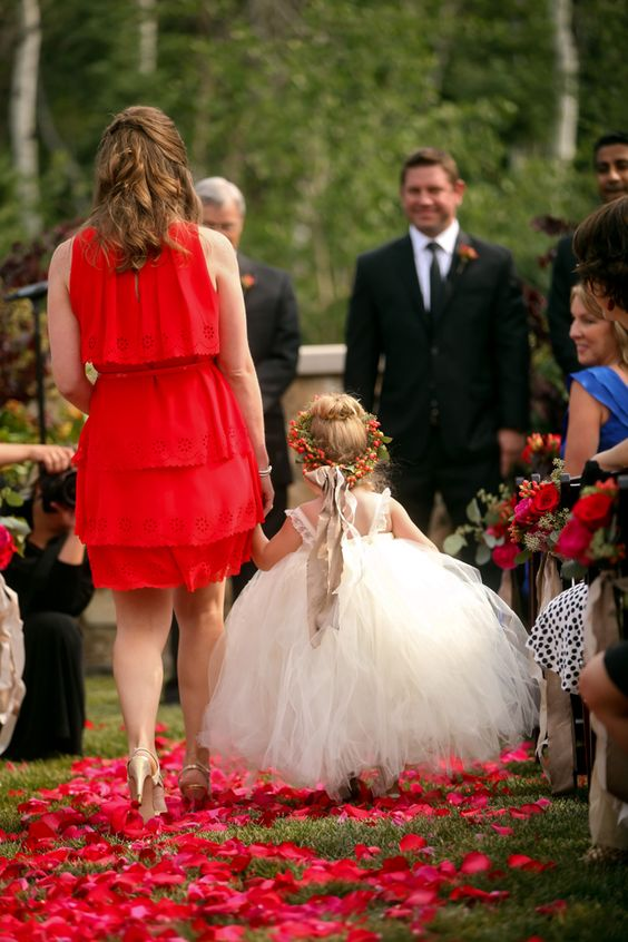 Love this adorable flower girl. http://fabyoubliss.com