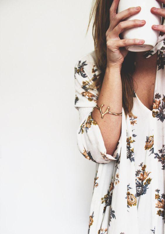 Robe fleurie + bracelet doré + grande tasse de café = le bon mix (bracelet Little Pieces of Hope)