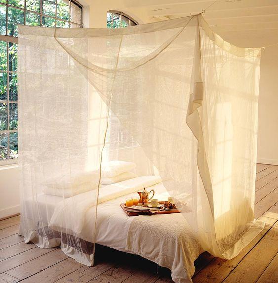 Moustiquaire qui me plait : On peut imaginer mettre des bambous comme un cadre en haut. Blanc ou beige??? Votre avis ! J'aime bien le beige sur lit blanc Il y en a plusieurs chez KLAMBOE (le + grand et meilleur choix à mon avis).