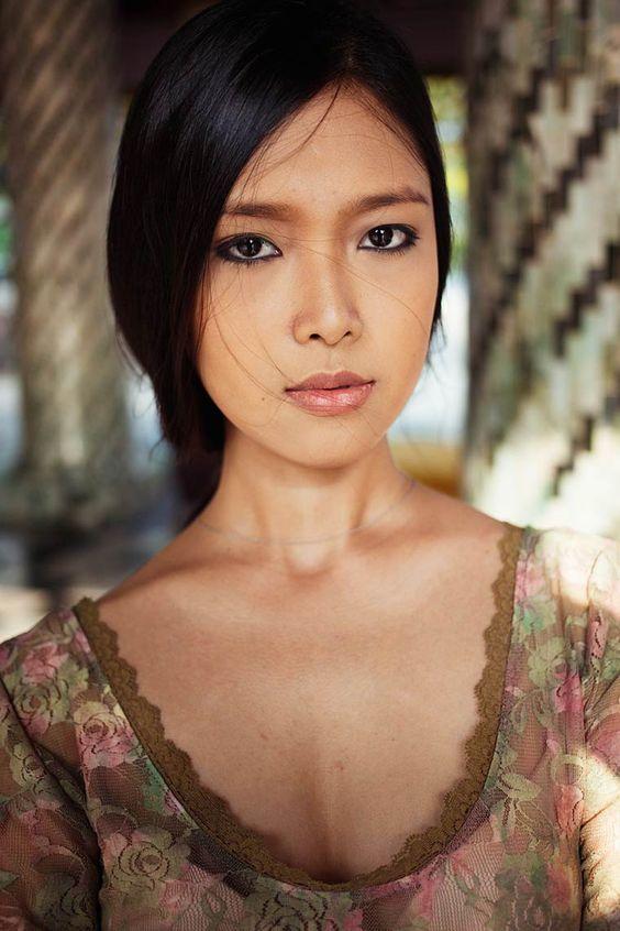The Atlas of Beauty est un projet de la photographe de mode Mihaela Noroc, qui depuis 16 mois parcours le monde en road trip afin de réaliser de superbes portraits de femmes, capturant des centaines d'images de la Colombie au Pérou en passant par l'Iran, la Chine ou l'Indonésie