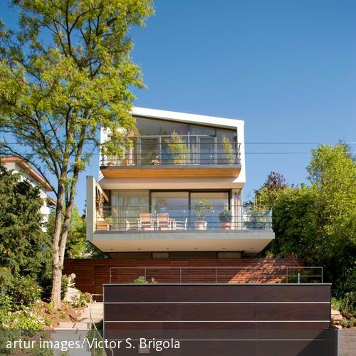Zweistöckiges Haus mit Balkon und Terrasse Garten Pinterest - terrasse hanglage modern