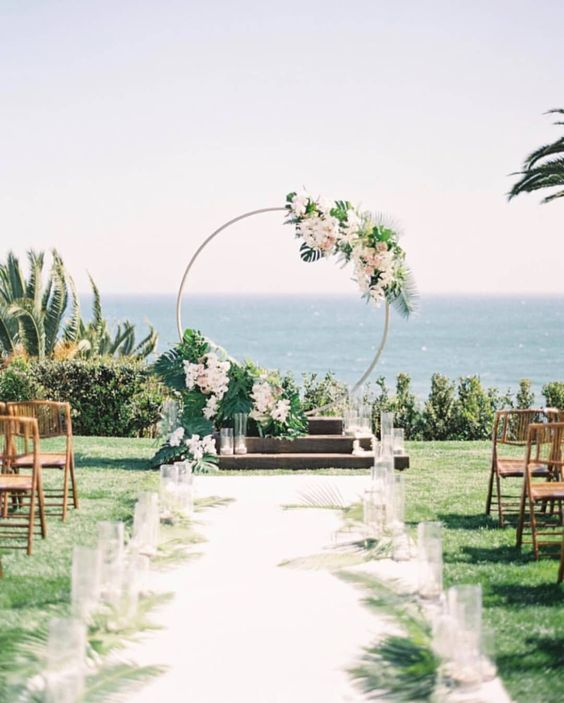 Can we pause for this circular set up thatâ??s both modern and lush ceremony ð???ð??¸/ @the_grovers @asterandpeak @parkerandposiesâ?¦