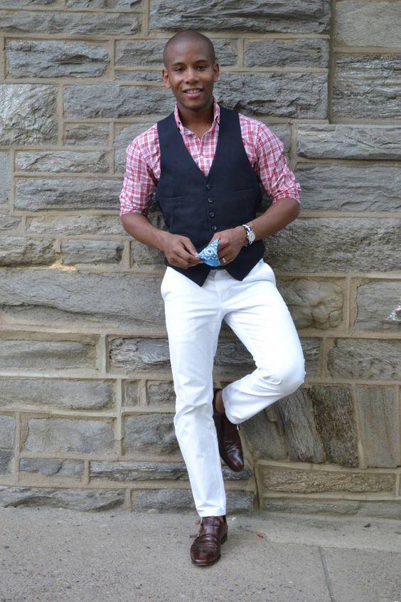 Look masculino usando sapato do estilo Monk Strap.