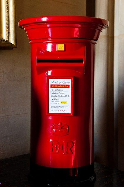 As a nod to British culture, a traditional red post box served as a card box on the day.