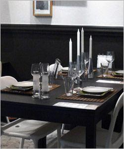 Zwart wit decoratie tafel met witte stoelen en zwarte muren zwart wit en jan de bouvrie - Deco badkamer natuur ...