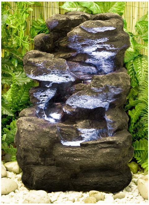 Vierstufiger Felsbrunnen mit Beleuchtung  Dieser außergewöhnliche Brunnen wird zum echten Hingucker in jedem Garten. Das Wasser fließt sanft von den einzelnen Ebenen in die beleuchteten Felsbassins hinunter, welche man bei Tag und bei Nacht sehen kann. Das Plätschern des Wasser