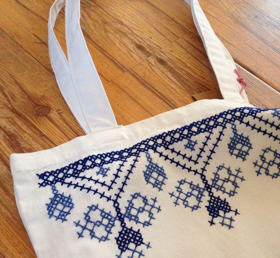 Meine Omi näht und bestickt Beutel. Wunderschön.  Könnt ihr kaufen auf: http://cosirostock.tictail.com/