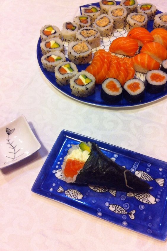 Sushi. Plato y bandeja de porcelana pintados por Elin porcelana