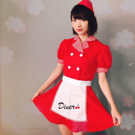 赤いウエイトレス姿の太田夢莉