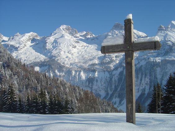 Sommets enneigés, sapins givrés, chemins immaculés... la neige dévoile une montagne éblouissante.