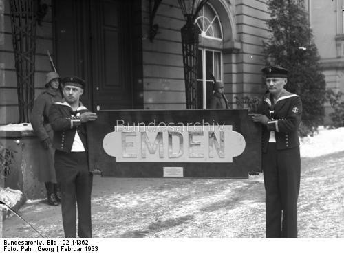 """Die feierliche Rückgabe des deutschen """"Emden-Schildes"""" an den Reichspräsidenten von Hindenburg!  Bekanntlich wurde der Deutsche Kreuzer """"Emden"""" im Weltkriege durch überlegene Artillerie des Australischen Kreuzers """"Sydney"""" zum Erliegen gebracht. Als Zeichen des guten Willens beschloss die Australische Regierung durch den früheren Ministerpräsidenten Bruce, daß Namensschild der """"Emden"""" an Deutschland zurückzugeben. Das """"Emden-Schild"""" beim Reichspräsidenten! Zwei deutsche Matrosen tragen das…"""