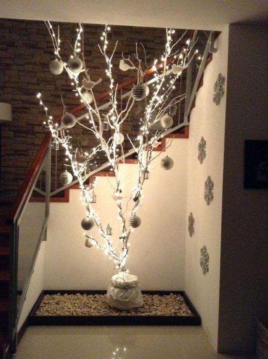 17 Originales Ideas Para Decorar Tu Casa Con Ramas Secas Esta Navidad En 2020 Arboles Secos De Navidad Decoración De Ramas De árbol Arboles De Navidad Con Ramas Secas
