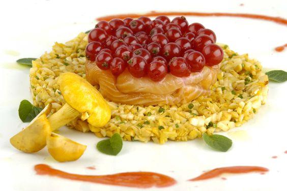 Salmerino marinato al ribes rosso su insalatina di finferli al naturale