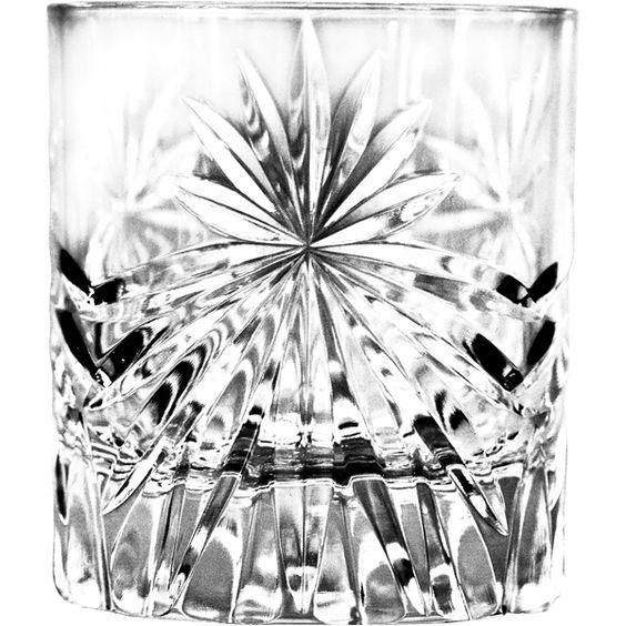 Feine italienische Kristallgläser der Serie »Oasis« von RCR. Die reich verzierten Gläser sind ein Hingucker an jeder Bar. Das Double Old Fashioned Glas ist für klassische Shortdrinks perfekt.