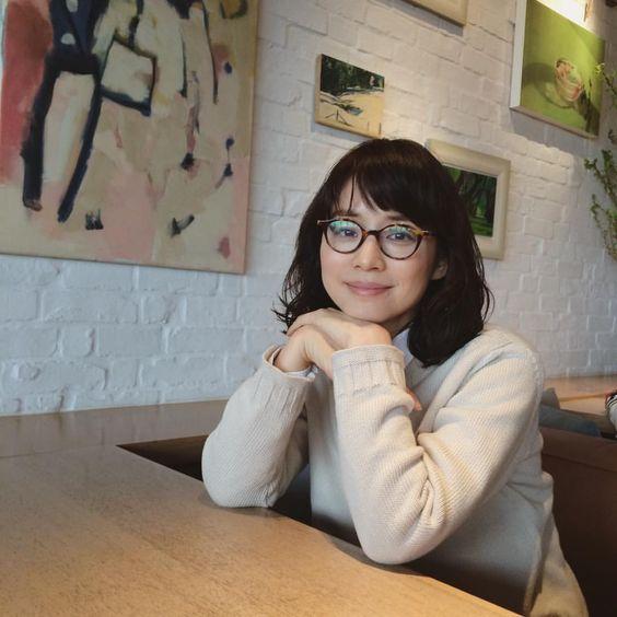 メガネをかけて座っている石田ゆり子