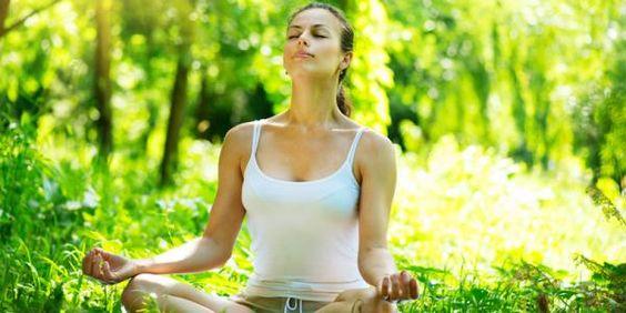 Wir wissen bereits, dass Mediation Ängste lindern und Depressionen bekämpfen kann. Aber jetzt gibt es noch weitere Hinweise, wie sie unsere Gesundheit unterstützt: In einer neuen Studie berichten Wissenschaftler des Wake Forest Baptist Medical Center in North Carolina von den positiven Ergebnissen eines Meditationsprogramms. Die sogenannte achtsamkeitsbasierte Stressreduktion (ASR) lindert demnach Gedächtnisstörungen und Migräne. Dazu hilft sie Betroffenen, besser mit ihren Einschränkungen…