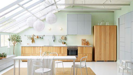 Offene, helle Küche, u. a. mit METOD Wandschränken in Weiß mit VEDDINGE Fronten in Grau, einem Esstisch und Stühlen