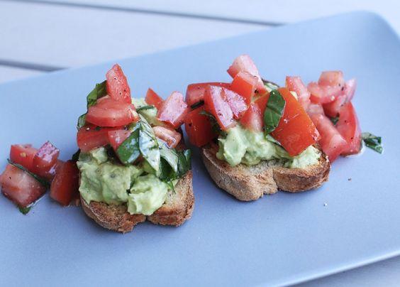 Tomaten, Crostini, Avocado, Basilikum, Rezept, vegan, Veggie, green, healthy, Snack, Inspiration, Food, Blog, stryleTZ