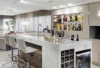 Fábio Asdente Imóveis: Projeto em apartamento masculino na Capital cria ambiente totalmente equipado para acomodar amigos ao redor do bar