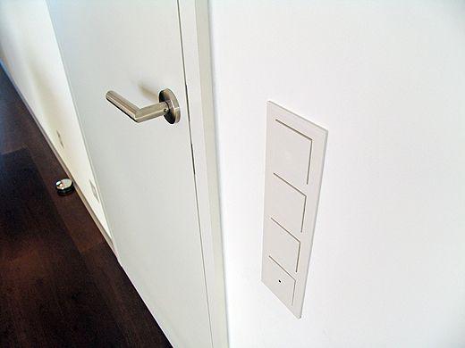 Die komplett weißen Türen von Josko sind Türstock/Türblatt bündig. Ausserdem sind die Scharniere verdeckt angebracht.