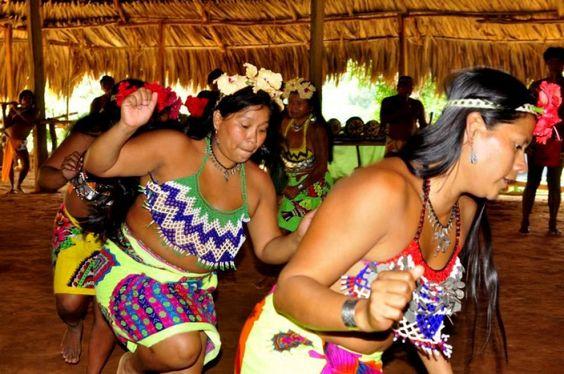 Danza  femenina en pueblo originario embera-wounaan, Panamá.