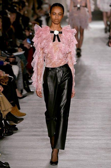Le tendenze dalle sfilate sono chiare: i pantaloni di moda per il prossimo Autunno Inverno 2018 2019 saranno così, di pelle