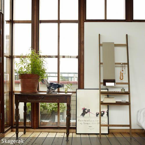 Eine Fensterfront mit Holzrahmen verleiht dem Zimmer eine natürliche und sehr lässige Athmosphäre.  - mehr auf roomido.com