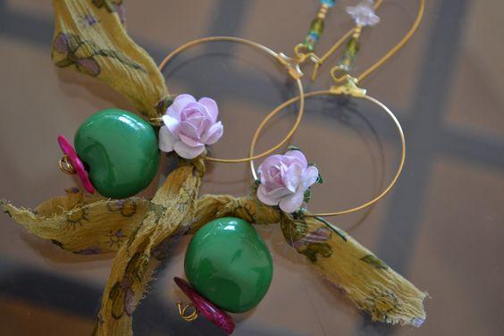 """Grandes Créoles """"En vert de rose-soie"""" avec graine Lumbang, soie de sari indien…"""