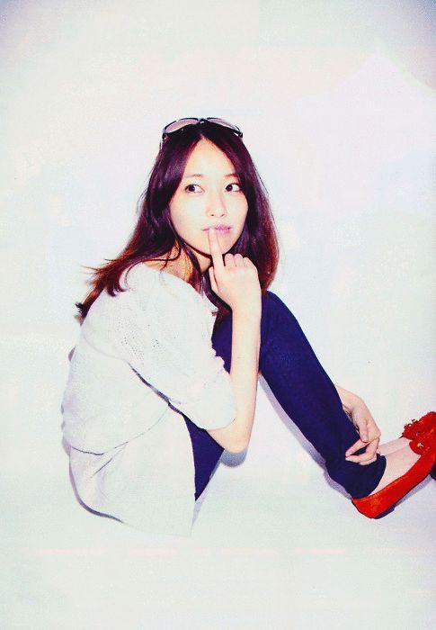 赤の靴が際立つファッションの戸田恵梨香