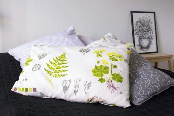 Itse ommellut tyynynpäälliset IKEAn kankaasta. www.sisustusvarkkailya.blogspot.fi