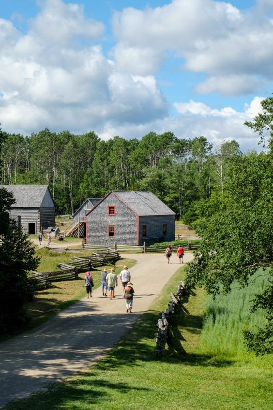 Village historique acadien  /  Bonne fête nationale à tous les Acadiens et Acadiennes! De Caraquet à Lafayette, faites fièrement du bruit! @QuentinMaridat