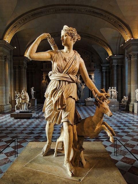 La Diana de Versalles, estatua de la diosa griega Artemisa (latín: Diana), con un ciervo, Museo del Louvre, París. Se trata de una copia romana (1º o 2º siglo DC) de un original en bronce griega perdida atribuido a Leocares, c. 325 antes de Cristo.