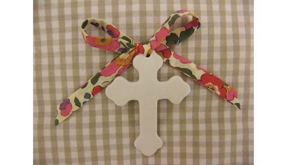 Croix en porcelaine fine, ruban LIBERTY (naissance, baptême, Noël) 8€  à Orléans (45000)