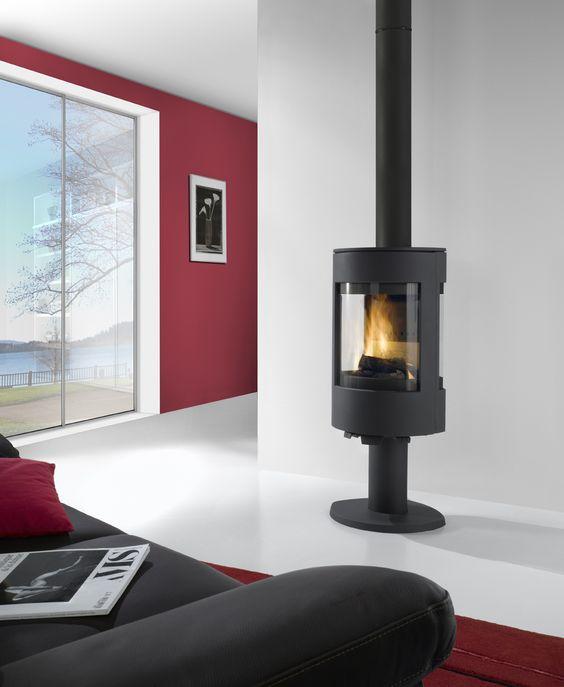 Le poêle à bois EQUINOXE, de la marque Chazelles, en fonte anthracite, se glissera facilement dans votre intérieur de par son design contemporain. Possibilité de le mettre sur pied ou sur socle à bûches.