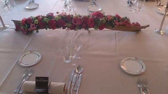 Tafelstuk op houten basis met roze bloemen